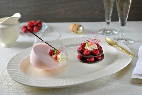 Bavarois kun je goed voorbereiden zodat je voldoende tijd over houdt voor je gasten. Geniet van deze feestelijke champagne variant met frambozentaartjes! #kerstdesserts