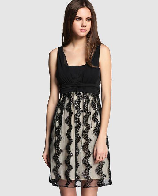 76847d172 Vestido corto con el cuerpo negro drapeado y la falda en color crema con  detalle de tul con bordado de encaje. Sin mangas y con cierre de cremallera  en la ...