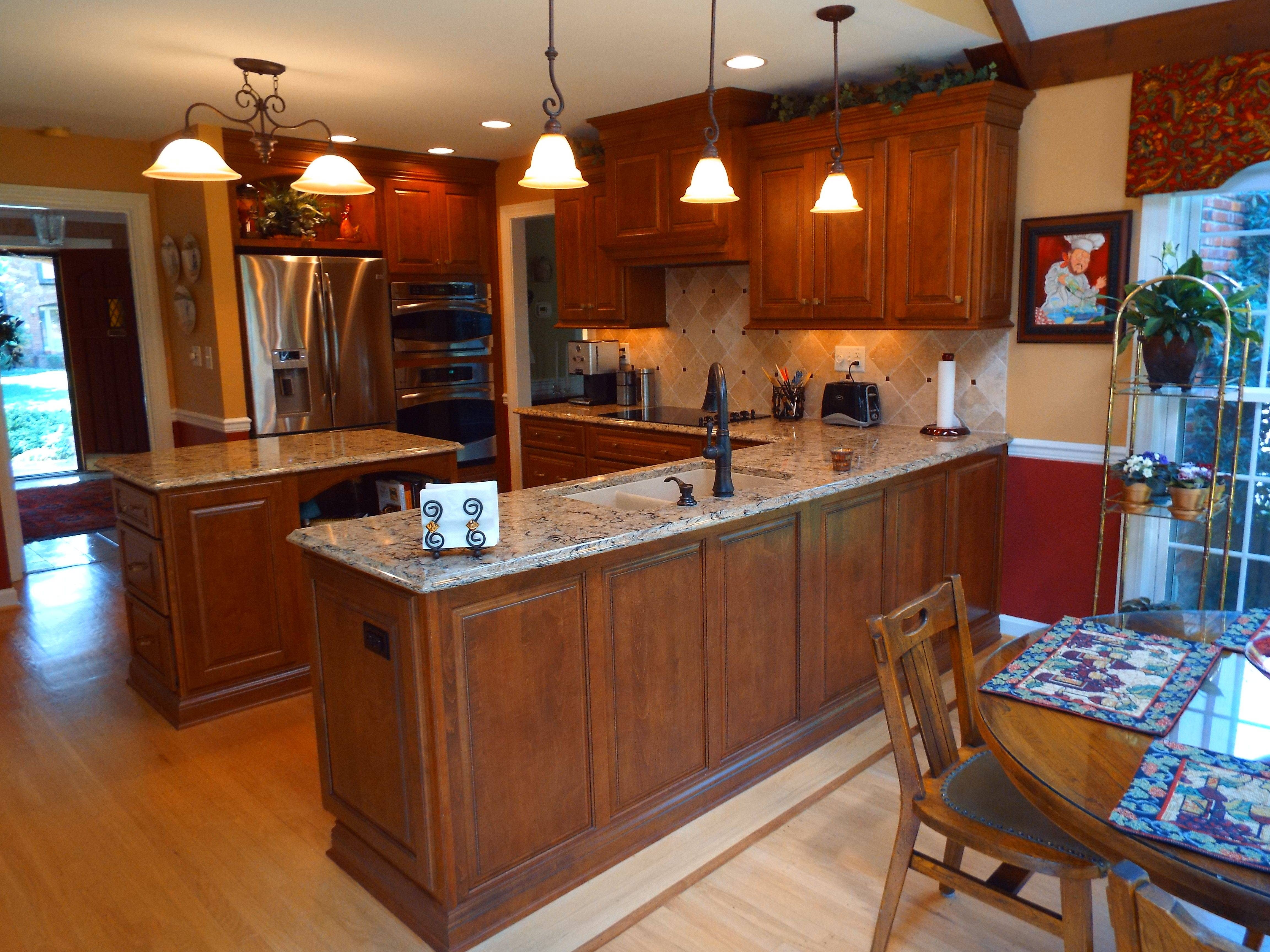Shiloh Oxford Door Panel Full Overlay Maple Spice With Mocha Glaze Cambria Tops Bradshaw Kitchen Beautiful Kitchens Cherry Cabinets Kitchen