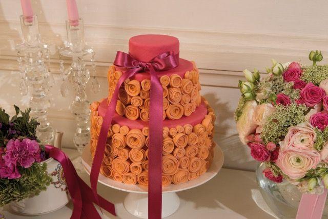 A nice example of #weddingcake... #flowers #orangeandpink #destinationwedding #destinationweddingplanner #luxurywedding #Italy #elenarenzi