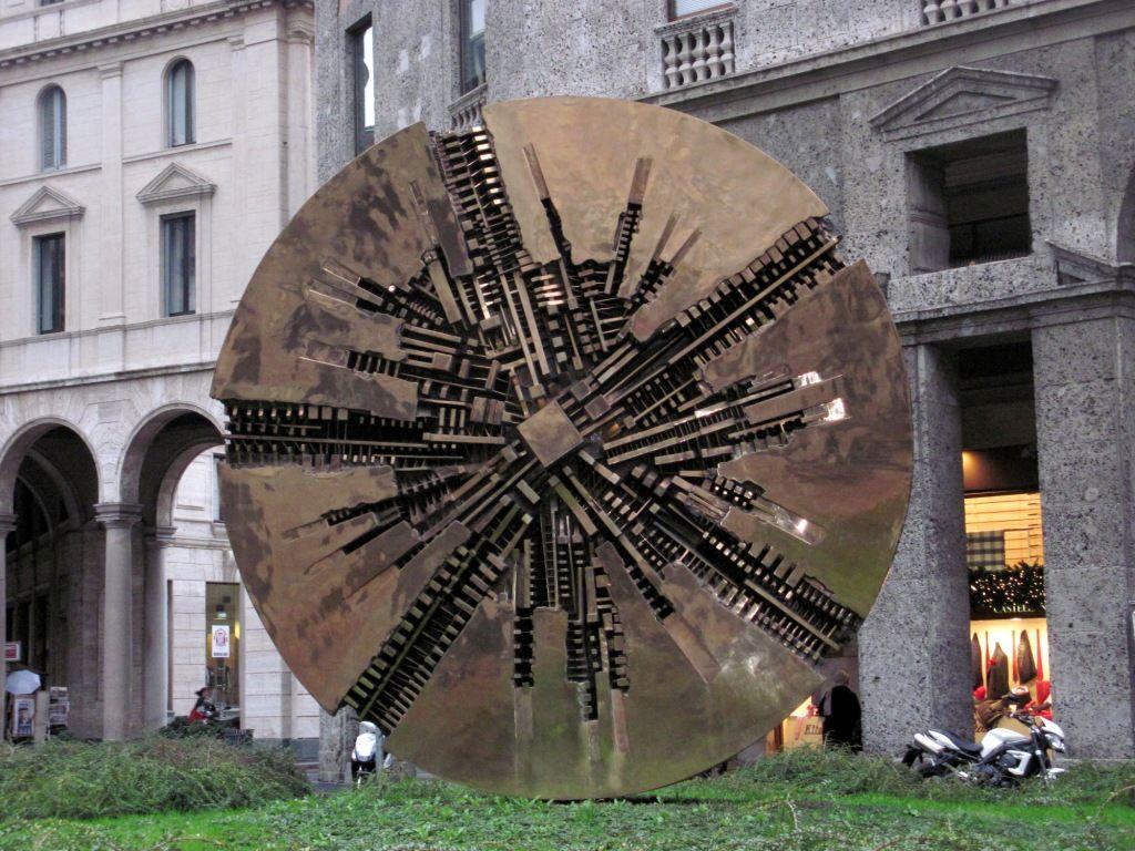 Piazza Meda- scultura di Pomodoro