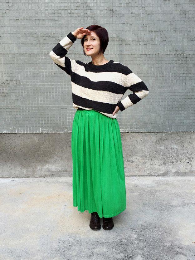 Sua saia longa que fica ótima de sandália e regatinha também vai muito bem com tricô e bota pesada.