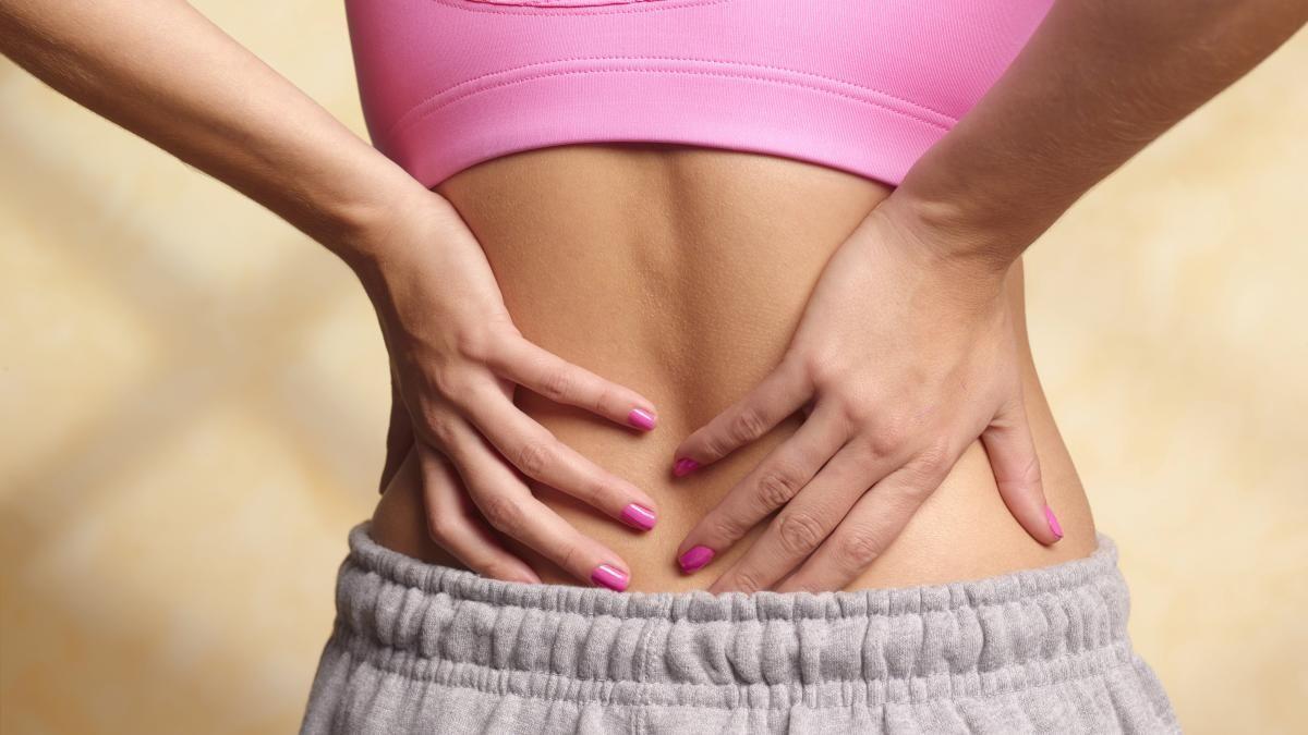 Rückenschmerzen sind das Volksleiden Nummer eins. Quält uns der Schmerz, greifen wir häufig zu herkömmlichen Schmerzmitteln. Ein Fehler, der sogar nach hinten losgehen kann, warnen Experten.