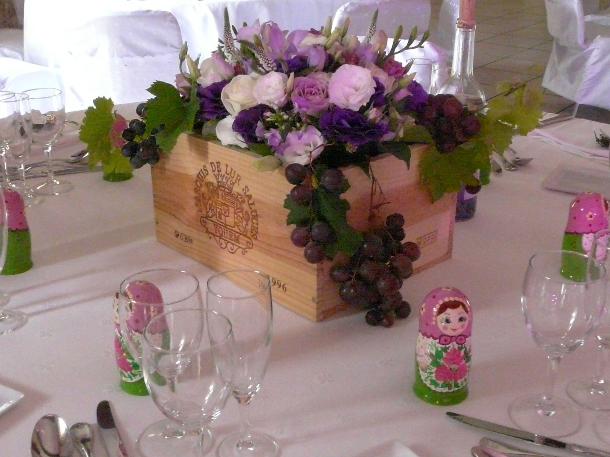 caisse de vin fleurie et grappe de raisin violet et parme. Black Bedroom Furniture Sets. Home Design Ideas