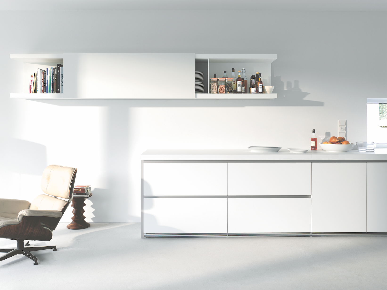 bulthaup - cuisine b1 - le système d'étagères avec porte coulissante
