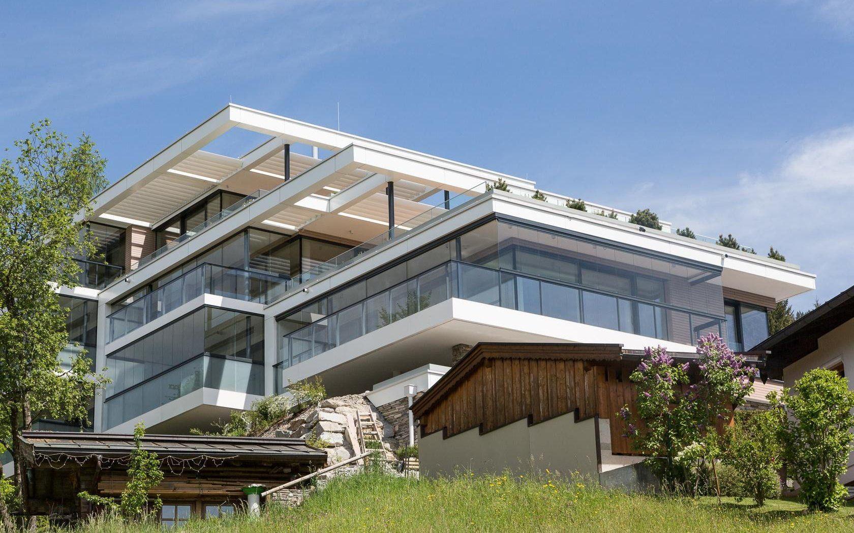 Moderne häuser mit viel glas  Modernes Terrassenhaus mit viel Glas und Licht | Terrassenhäuser ...