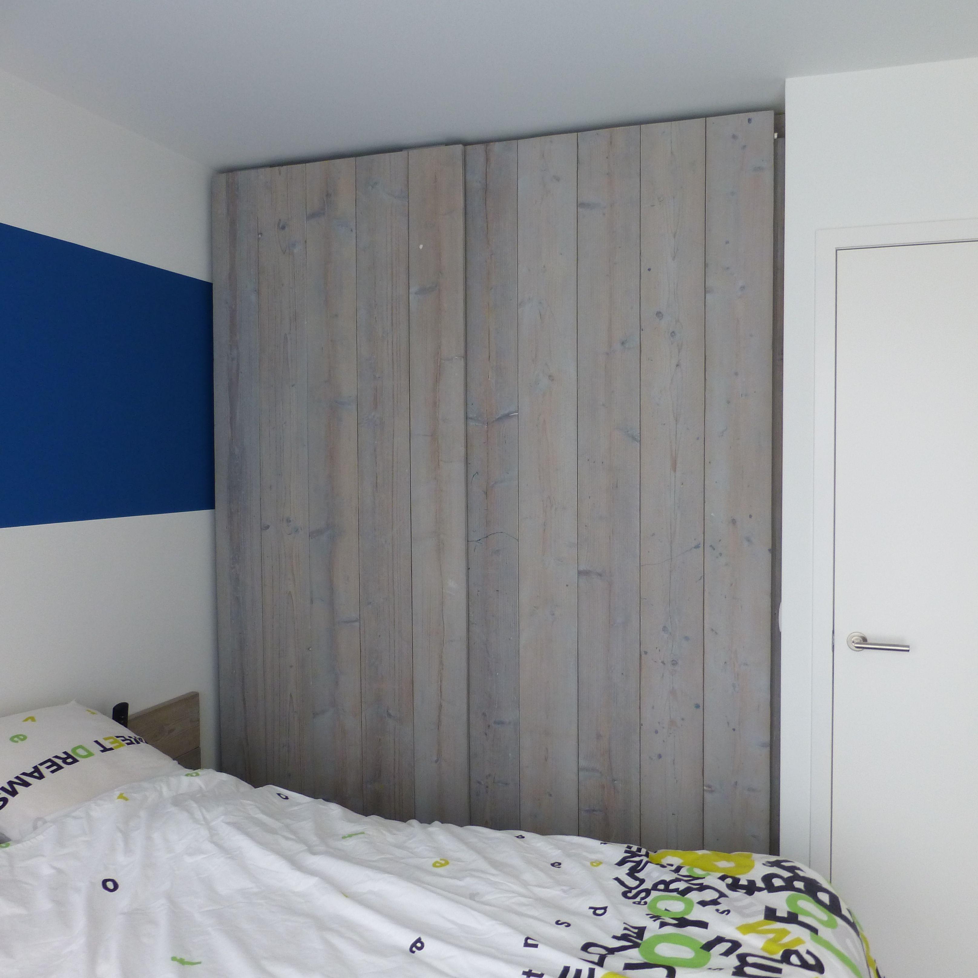 Appartement Oostende: Slaapkamerkast en bed in steigerhout ...