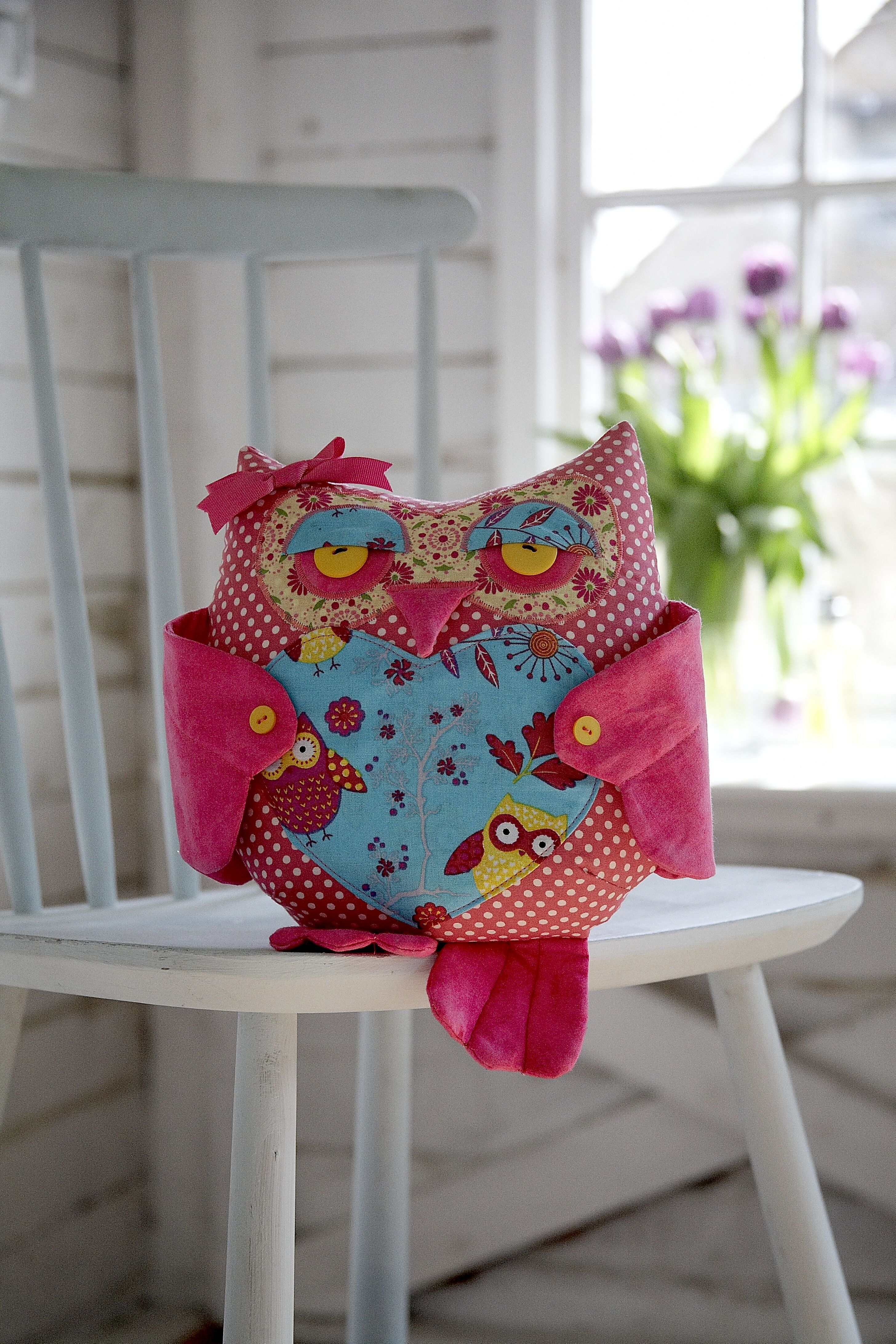 Betsy Owl Cushion. Pattern and Instructions available at: http://www.debbieshore.tv/product-category/patterns/