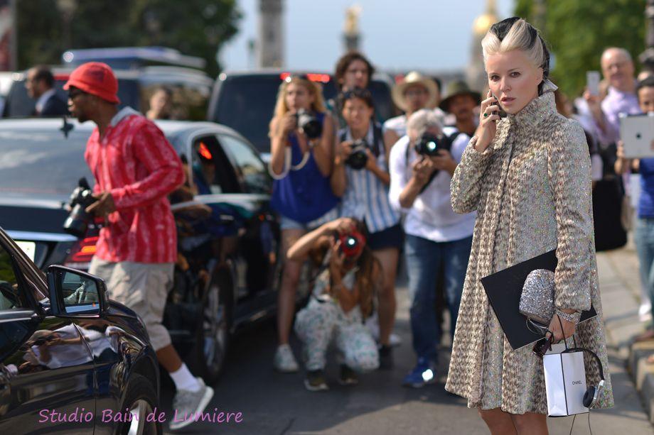 #DaphneGuinness légérie des grandes marques vêtue dun look spécial pour la fashion week prends la pose pour les paparazzis. Shooting photo Bain de Lumière#offduty #streetstyle #PFW#fashionweek
