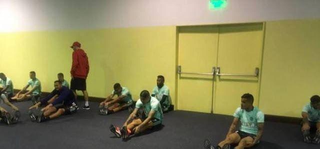 Jogadores do Fla fazem trabalho de alongamento no hotel antes de jogo com o San Lorenzo