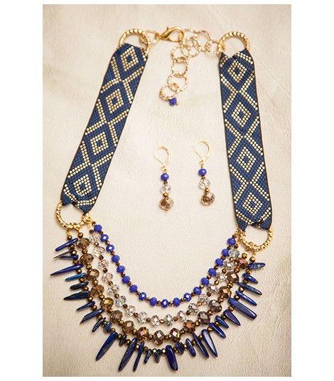 Collar elaborado con piedras semipreciosas de lapislazuli, cristal murano, finas cadenas en color dorado y cinta bordada.
