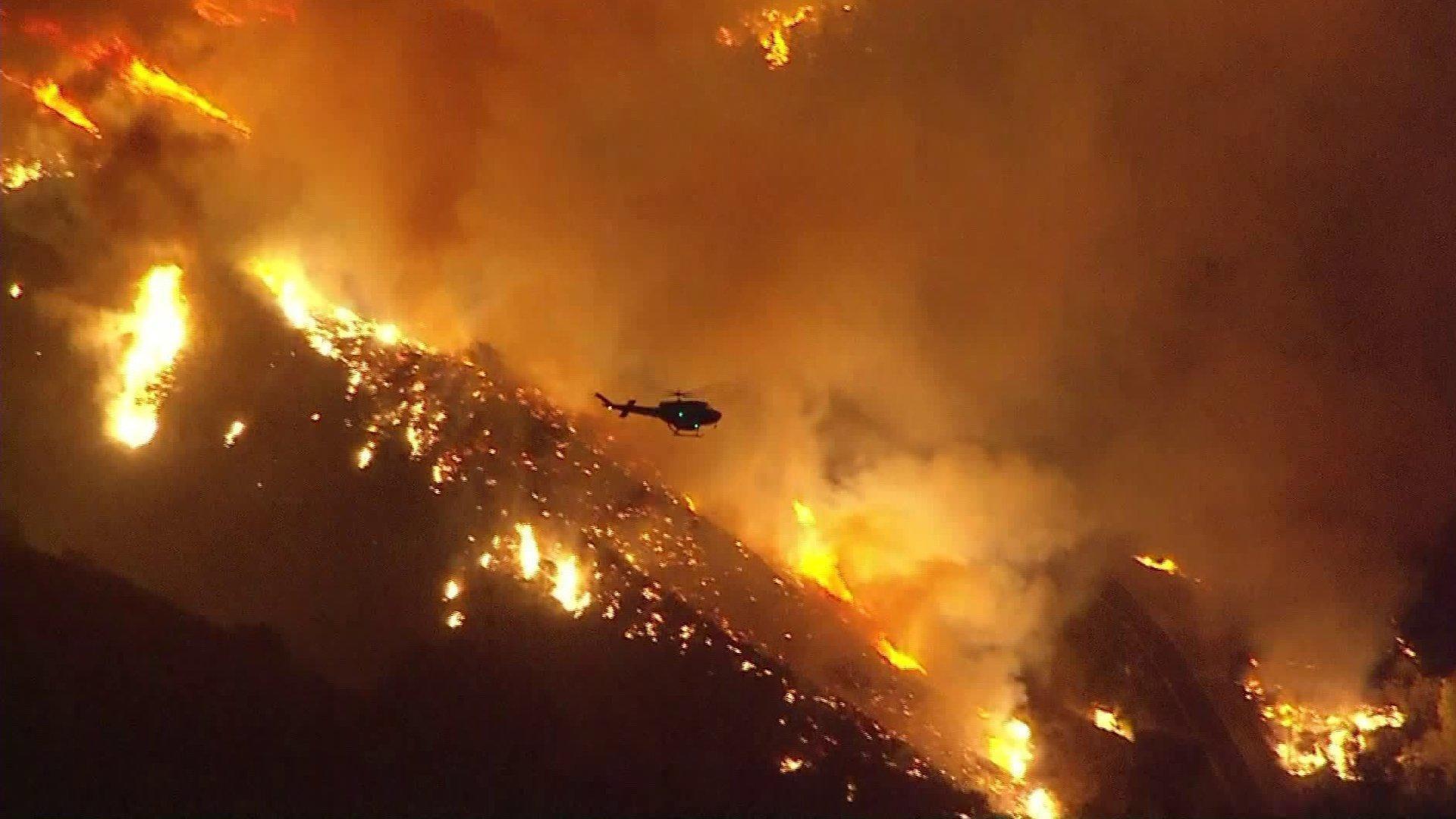 Thousands Flee Wildfire In Ventura County North Of Los Angeles Ventura County Ventura Los Angeles