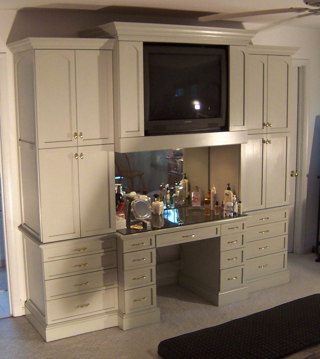 Bedroom cabinet and makeup table built in i want sans tv for Closet vanity ideas