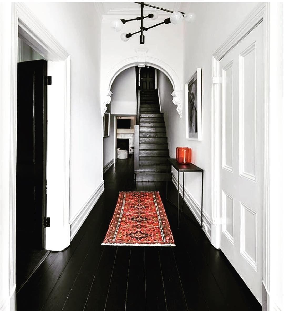 Dal Jin Deco On Instagram Charmant Hall D Entree Ou De Couloir Tres Bonne Idee Que Ce Sol Noir Et Ces Deco Maison Ancienne Decorer Un Couloir Maison Design
