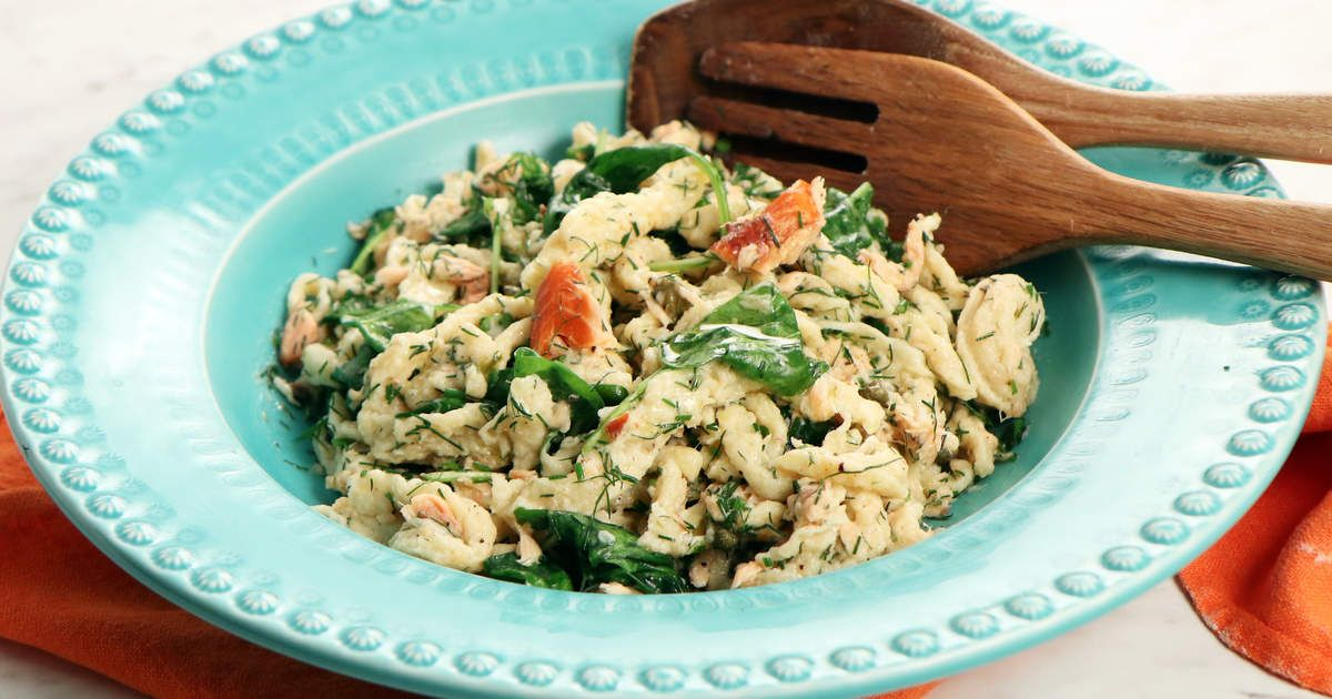 Spätzle - tysk pasta som är enkel att göra - serveras med varmrökt lax, kapris och spenat. Testa gärna detta goda recept, du kan hitta en ny vardagsfavorit.