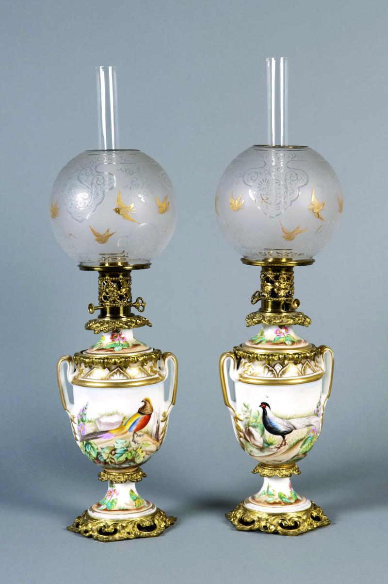 Paire De Lampes A Petrole En Porcelaine Blanche Et Rehauts D Or A
