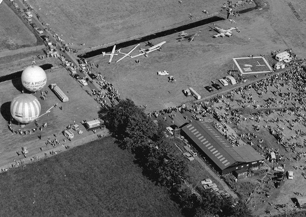 Een luchtfoto van het vliegveld Hoogeveen tijdens het vliegfeest zoals dat in 1971 gehouden werd. Foto archief Hoogeveensche Courant
