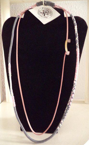 Colar confeccionado em fios de algodão,  fio metalizado e fio de couro com aplicação de quartzo rosa natural e peça metálica dourada. Comprimento: 36cm. No elo7 e site Despertare Artes