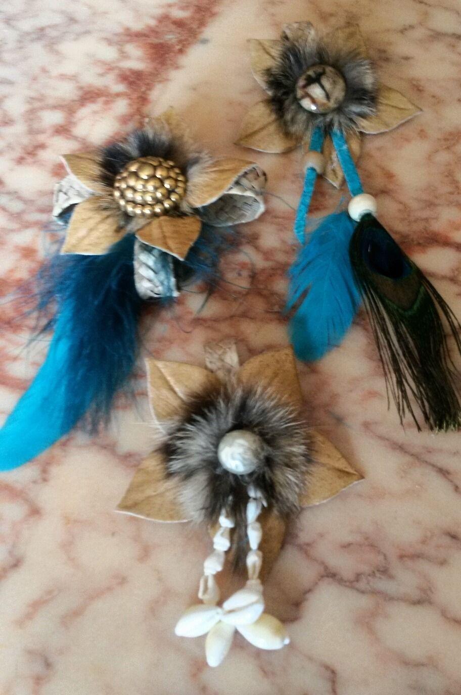 3 pendentifs fleurs cuir naturel et plumes : Pendentif par claudeplume