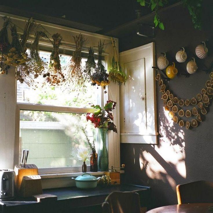 fensterdeko-herbst-selber-basteln-trockene-blumen-pflanzen-girlande-orangescheiben-wandfarbe-aubergine - #basteln #blumen #FensterDeko #herbst #pflanzen #selber #trockene #fensterdekoherbst