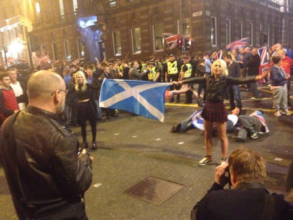 Please RT Young lasses defend  saltire from fascists, hero's of Scotland. @IrvineWelsh @Andy_Notman @stueymckenzie pic.twitter.com/yKBODP5Bgf