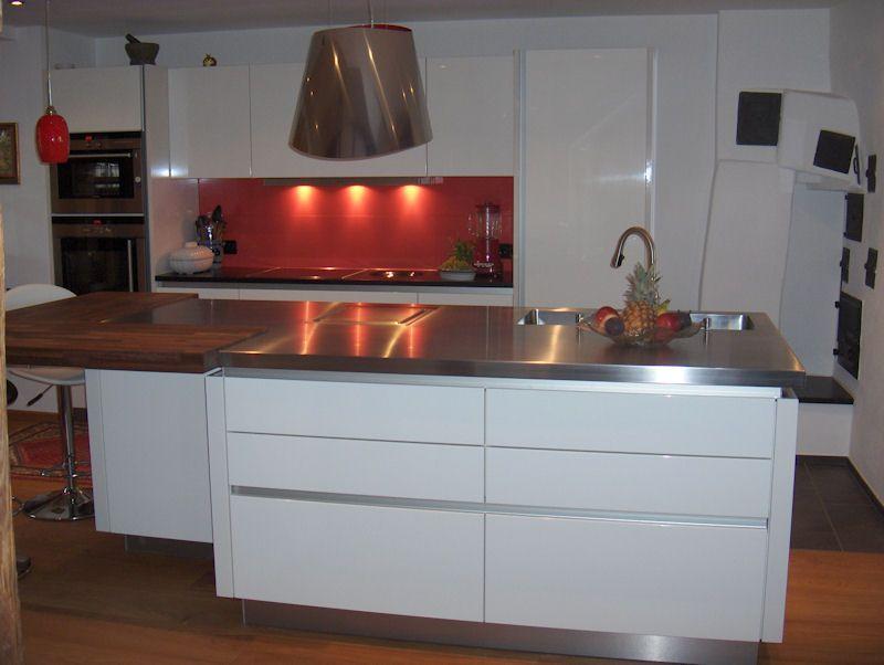 Wandspiegel Küche küche mit gefliestem wandspiegel aus dunkelroten glasfliesen rot
