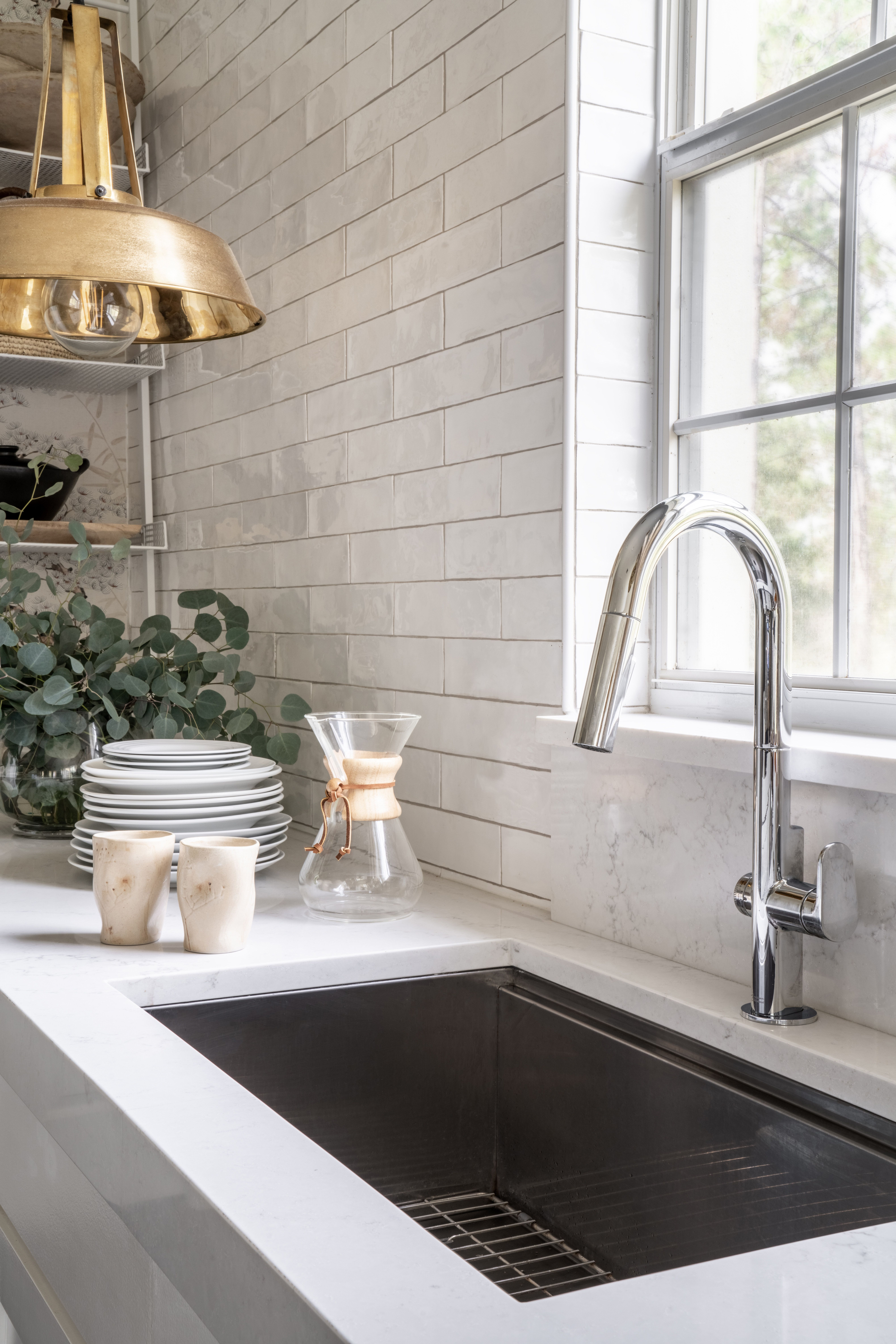 A Florida Designer Reinvents Her Kitchen By Removing The Upper Cabinets White Subway Tile Kitchen Kitchens Without Upper Cabinets Contemporary Kitchen
