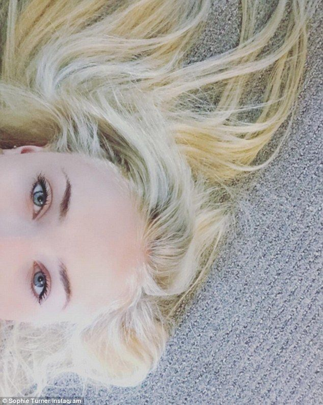 Sophie Turner Dyes Her Famous Fiery Locks To A Cool Platinum Blonde Red Blonde Hair Sophie Turner Red Hair No Bleach