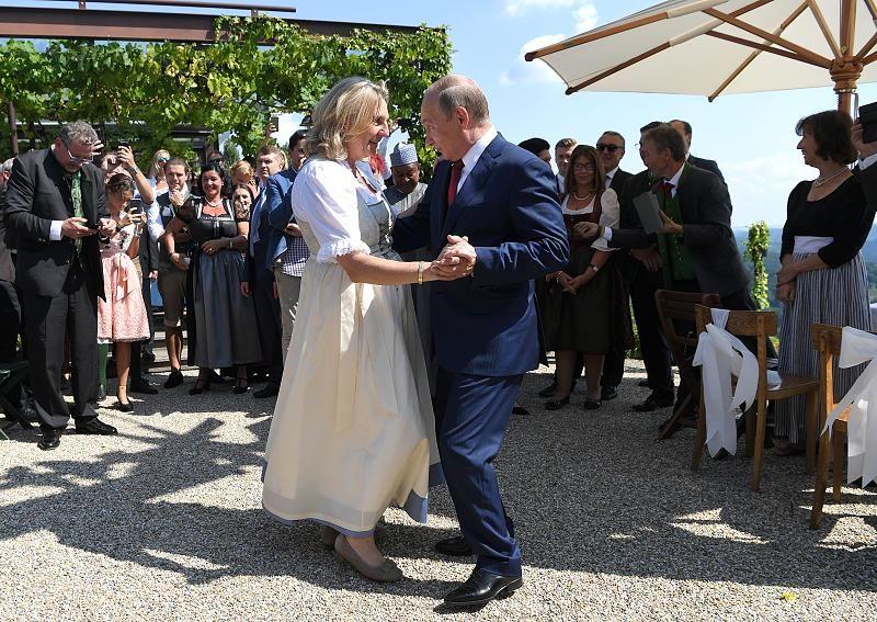 Karin Kneissl Fpo Aussenministerin Von Osterreich Tanzt Mit Wladimir Putin Prasident Von Russland Im Gasthaus Tscheppe Unter Starken Sicherheitsvorkehrunge Austrian Wedding Wedding Dance Bride