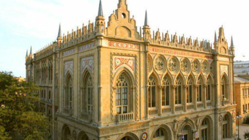 Azərbaycan Milli Elmlər Akademiyasinin Amea Rəyasət Heyətinin Binasinin Uzərindəki Kiril əlifbasi Historic Buildings Organic Architecture Barcelona Cathedral