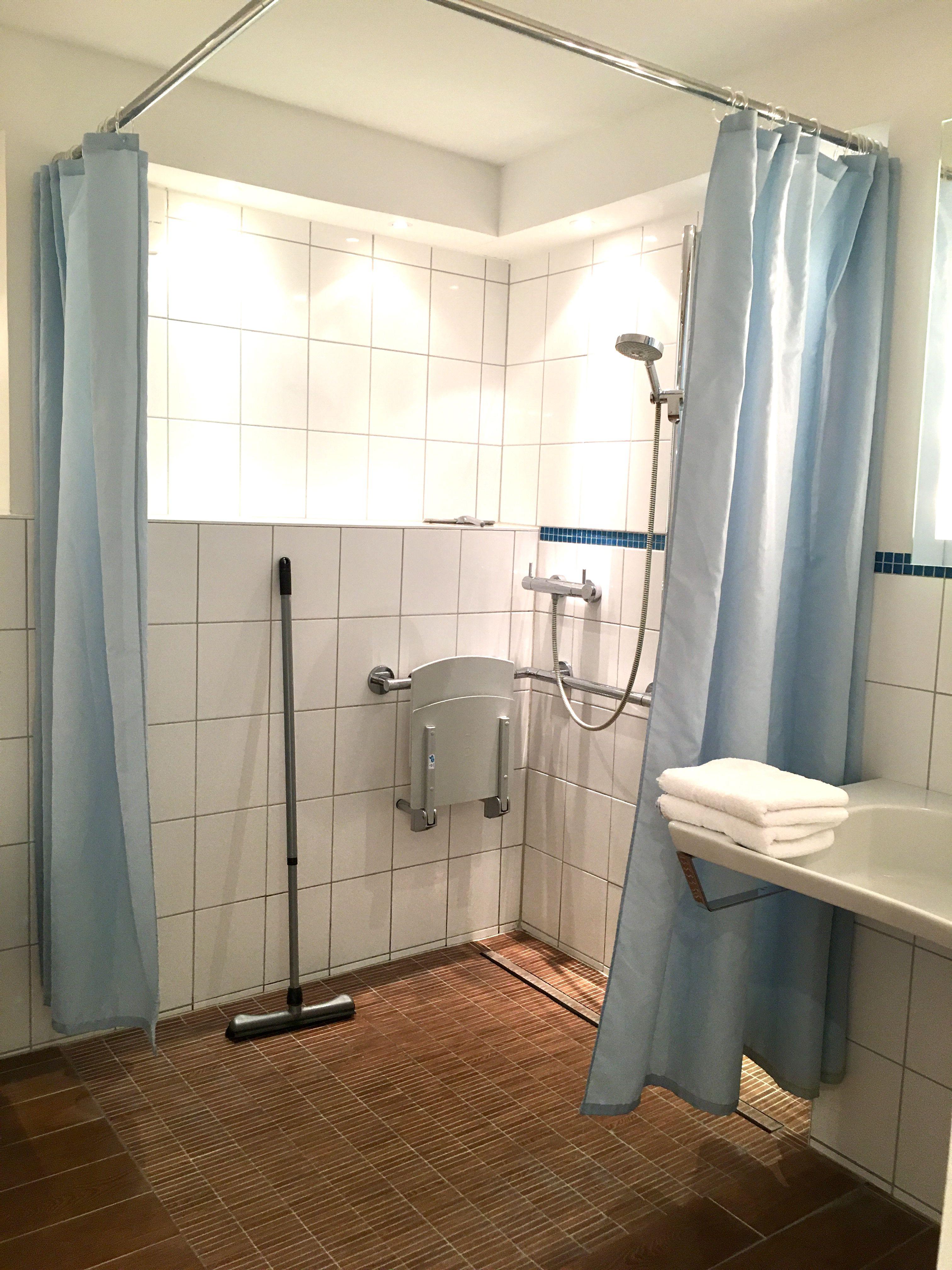 Bodenebene Dusche Unterfahrbares Waschbecken Haltegriffe Machen Es Fur Rollifahrer Geeignet Bauernhofcafe Wohnung Waschbecken