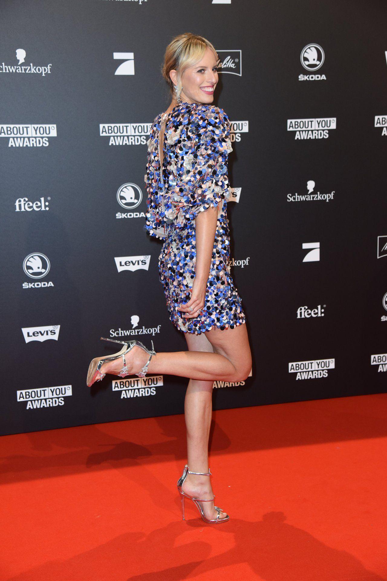 Karolina Kurkova shows her long sexy legs