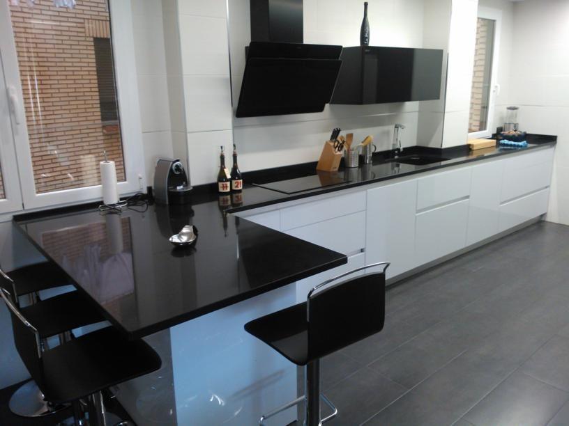 Una cocina muy actual en blanco y tirador gola de - Alicatar cocina detras muebles ...