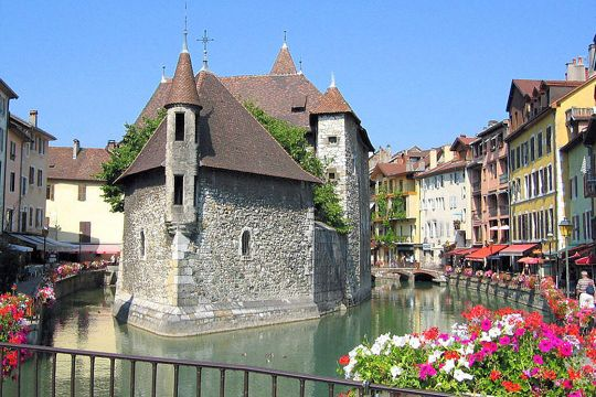 Built on a natural island and surrounded by the waters of the Thiou, the palace of the island has had various uses since the Middle Ages, before becoming the current Annecy history museum.