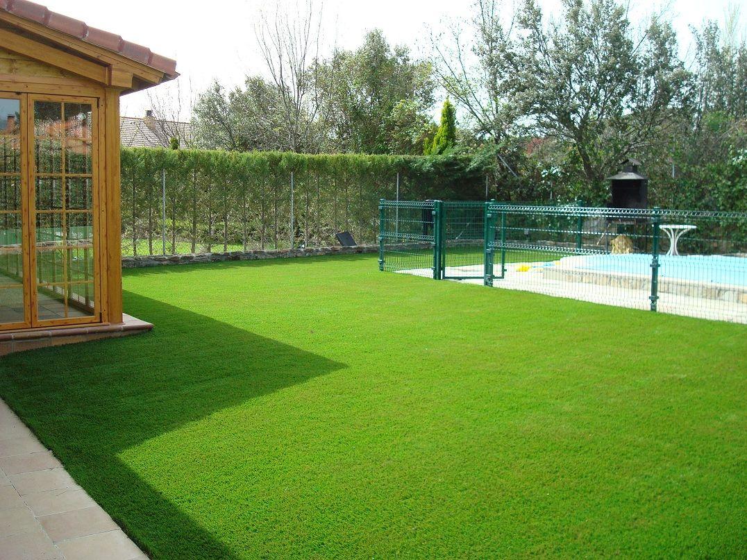 Cesped artificial bermuda instalado en jardin de for Jardines patios exteriores