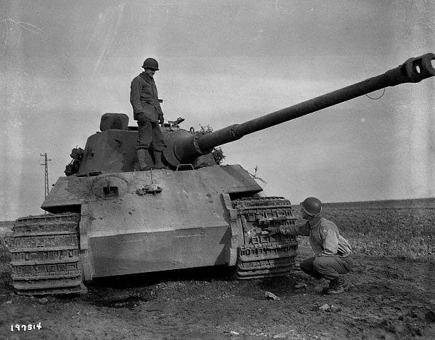 Panzerkampfwagen VI Tiger II Ausf. B American soldiers inspect a damaged German tank. ca. 1944-1945 Europe #worldwar2 #tanks