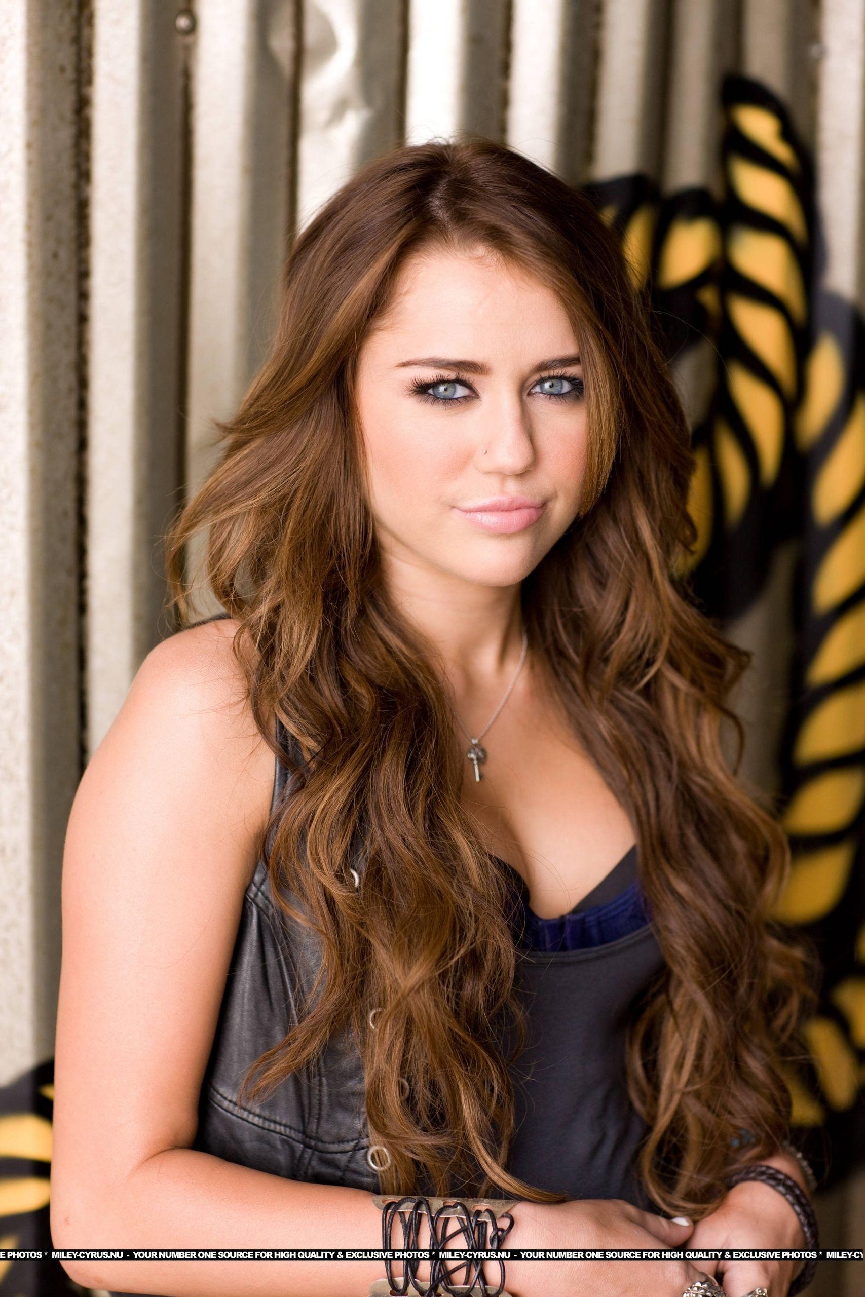 Pin By Stephani Ramalho On C Y R U S In 2020 Miley Cyrus Brown Hair Miley Cyrus Long Hair Miley Cyrus Hair