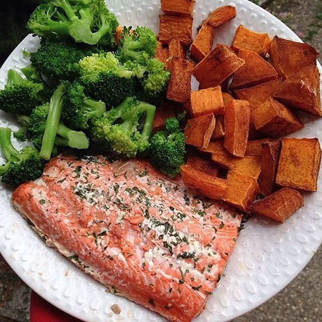 www.sizzlefish.com  Nothing beats a simple and delicious dinner of @sizzlefishfit salmon, right @oatmealandpb?! .  Head to our website to order your perfectly portioned fish and shellfish today: www.sizzlefish.com