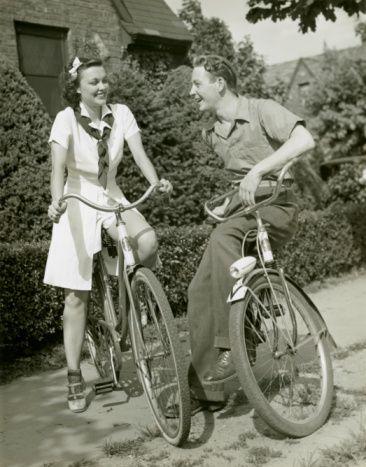 Girl And Boy On Bikes Bicicletas Clasicas Bicicletas