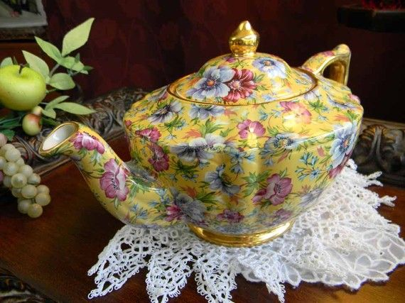 Beautiful pattern of this Sadler Sophie Chintz Teapot dates back to the early 1900's in England