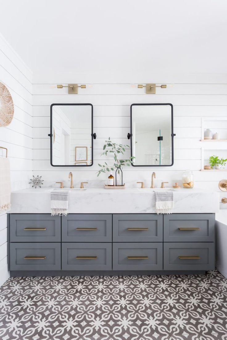 Leichtes Und Luftiges Badezimmer Mit Shiplap Gemusterten Fliesen Und Gemischten Metallen In 2020 Bad Styling Bad Inspiration Badezimmer