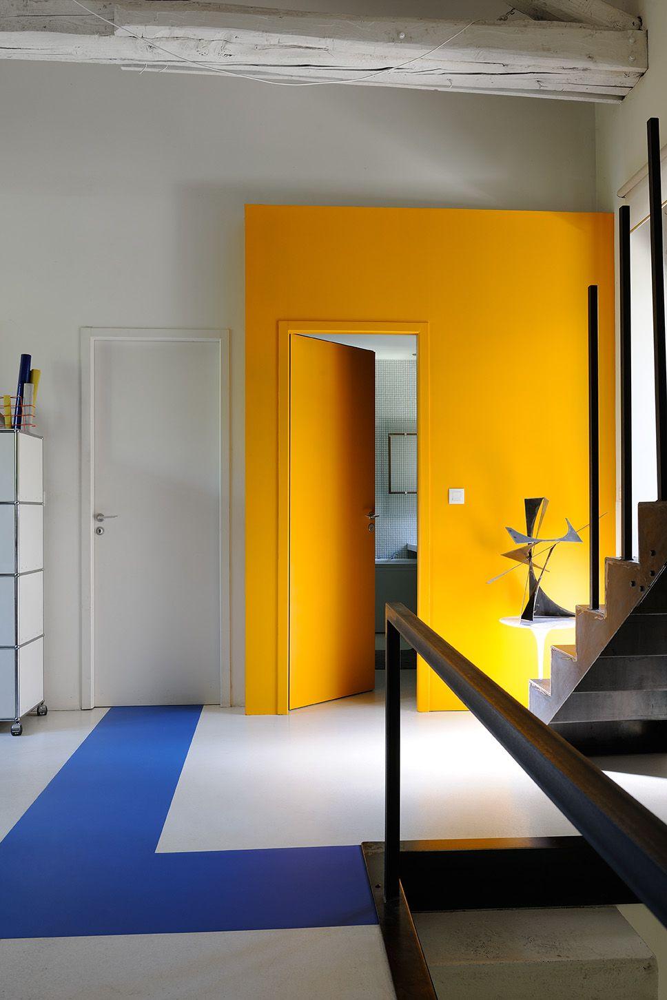 Peindre Une Porte D Une Couleur Vive Peut Permettre D Agrandir Une Piece Zolpan Peinture Jaune Bleu Entre Decoration Interieure Meuble Terrasse Decoration