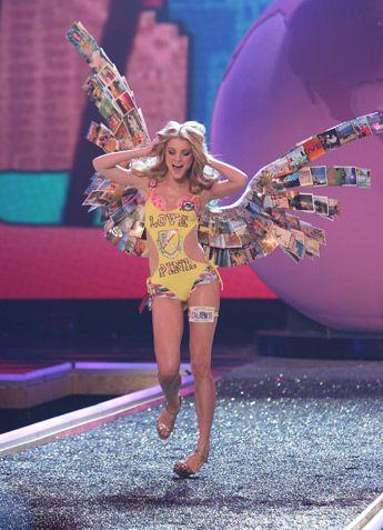 Runway Mishaps This Fashion Falls Modelinia Slideshows Model