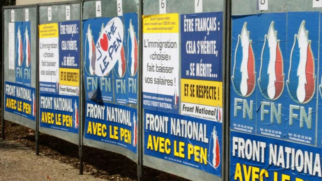 En Normandie, des affiches de campagne du FN sont exposées avec du verre pillé