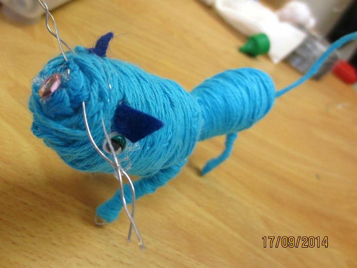 """Rollie-Bollies maken oftewel """"ingewikkelde"""" figuurtjes van ijzerdraad en haakkatoen. :: Kunst & Kolder Big blue cat"""