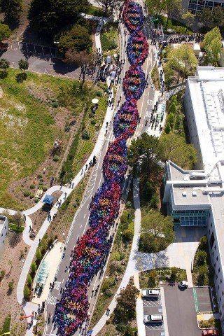 2.600 humanos celebrando así el descubrimiento del ADN, el que precisamente nos hace humanos.