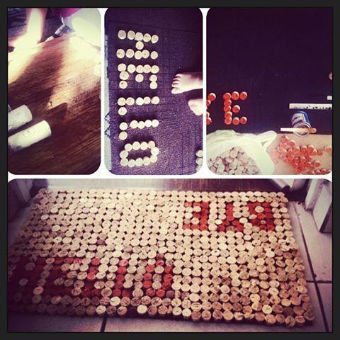 DIY, cork, corchos por mil para un tapete en la entrada de la casa!