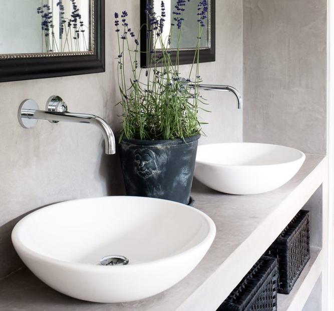 Esempio di piano lavabo con lavabo a ciotola rubinetto a parete microcemento alle pareti - Rubinetto a parete bagno ...