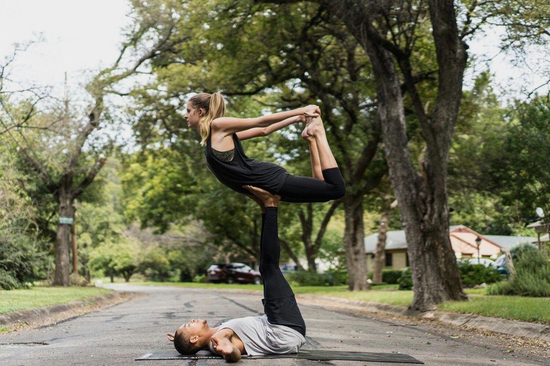 Yoga Poses For Two People Easy Partneryoga Yogaposes Akrobatik