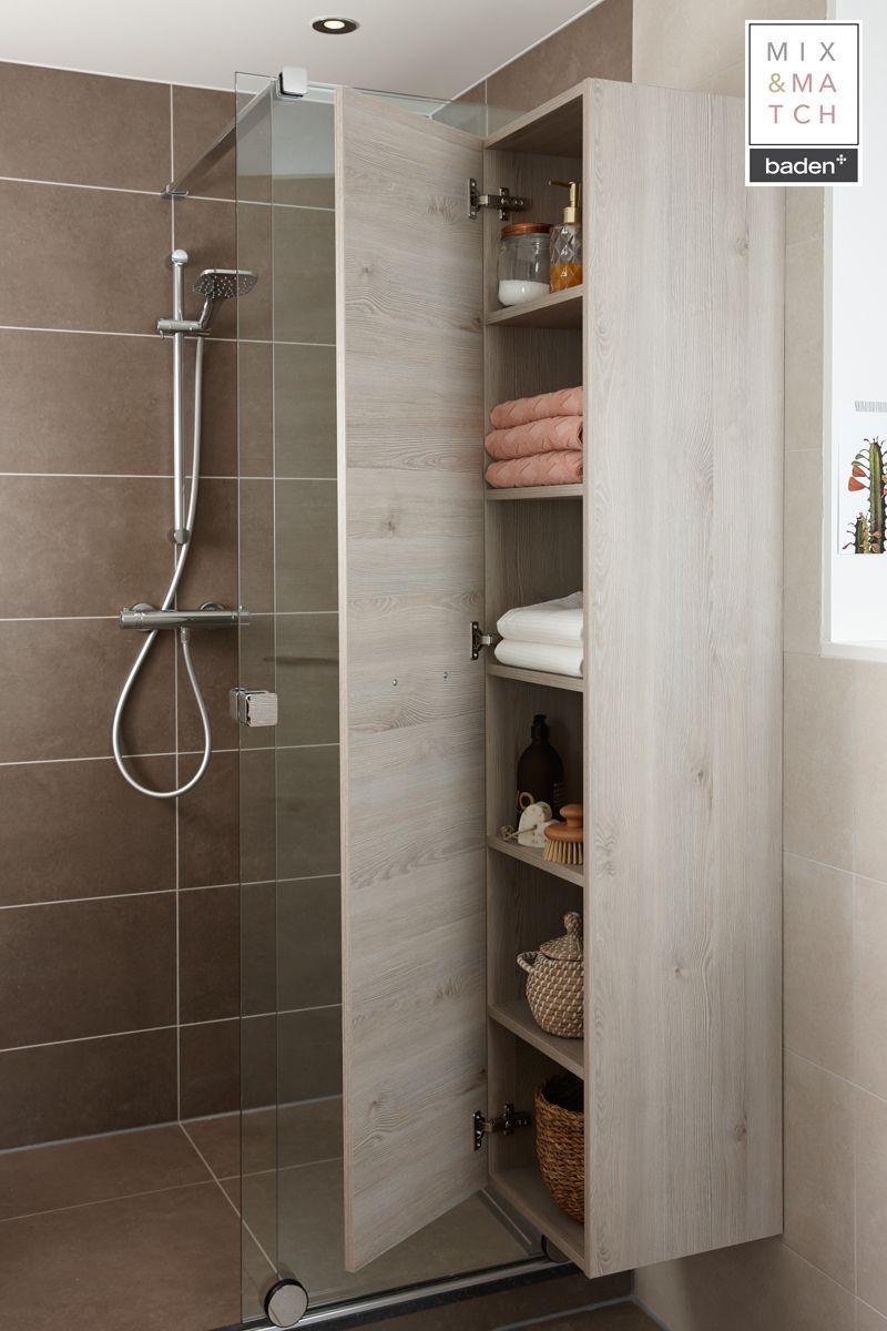 Een hoge kast in de badkamer neemt in de breedte weinig ruimte in ...